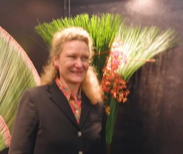 Irene von Trotha, vor einem floralen Kunstwerk von Daniel Ost