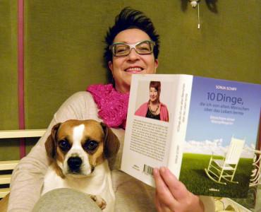 Auf speziellen Wunsch der Autorin: Bild mit Buch und Hund.